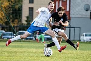 Fotbalisté Dolního Dvořiště (v černých dresech) porazili v 11. kole I.B třídy Hrdějovice 2:1.