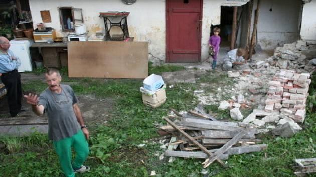 Značně poničený dům Jana Skály (v popředí) nebyl v pátek večer ohrožen poprvé.