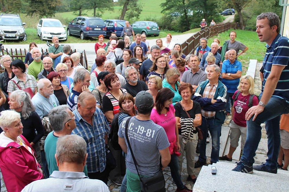 Čtvrteční prohlídka Holubovského mlýna přilákala zástupy lidí.