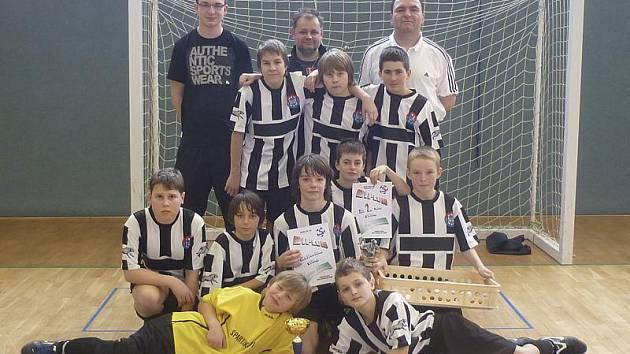 Mladší žáci kaplického Spartaku na turnaji nepoznali přemožitele, ale dvě remízy ve finálové skupině je připravily o zlato.