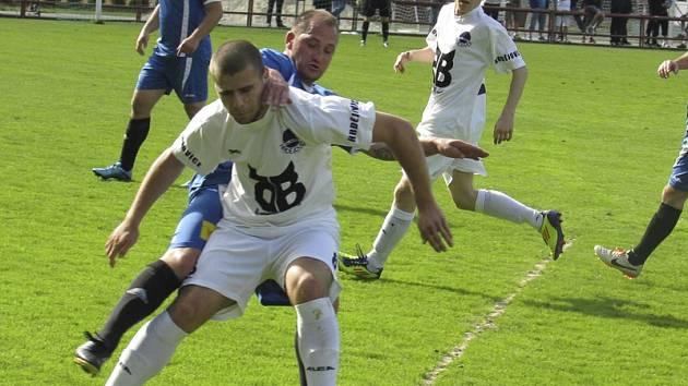 Kapličtí v partii s Hrdějovicemi přišli o domácí neporazitelnost v této sezoně (v zákrytu Tomáš Růžička těsně bránící hrdějovického Davida Peška).