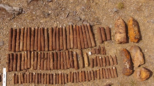 Náboje, granáty i dělostřeleckou minu odváželi policisté z bývalého lomu u Bujanova na Kaplicku.