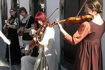 Historická hudba zněla na ulici i o slavnostech.
