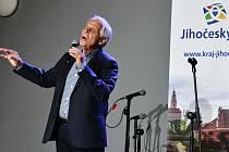 Vystoupení zpěváka, herce a moderátora Josefa Laufera odstartovalo v Kaplici IV. ročník Seniorských hrátek.