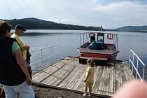 Malá výletní loď Bafal v Horní Plané se vydává na Lipno dvěma směry.
