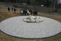 Památník u Nažidel připomíná tragickou nehodu autobusu, která se zde stala 8. března v roce 2003.
