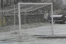 Vinou nečekaného nástupu zimy a nezpůsobilých terénů bylo odloženo všech pět nedělních utkání okresního přeboru a okresní soutěže.