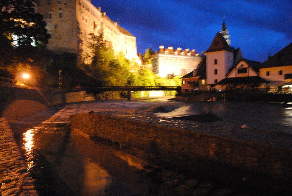 Vltava v Českém Krumlově kulminovala ve 22 hodin s výškou hladiny 189 cm a průtokem téměř 77 kubíků vody za vteřinu.