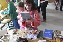 Deváťáci z Chvalšin zorganizovali Bazárek knih.