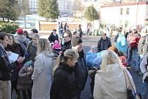 Rodiče před ZŠ Plešivec před zápisem stáli frontu.