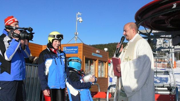Farář Ivan Marek Záleha v sobotu odpoledne požehnal nové lanovce v lipenském Skiareálu.