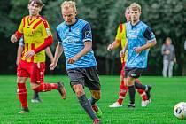 Fotbalisté Zlaté Koruny (v modrém) by si výhledově rádi vyzkoušeli vyšší soutěž.