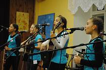 Dívčí kapela Andromeda z Českého Krumlova si z FolkyTonku přivezla zlato. Zahrála i na na Jihočeské dětské Portě v Českém Krumlově.
