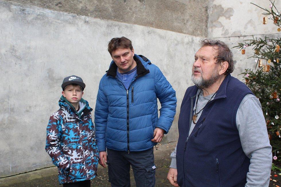 Medvědí Vánoce na krumlovském zámku. Medvědář Jan Černý se synem Radkem a vnukem.