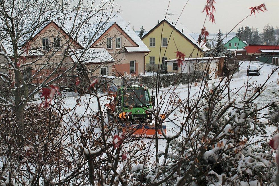 Technika na úklid sněhu v Dolním Třeboníně už se činí.
