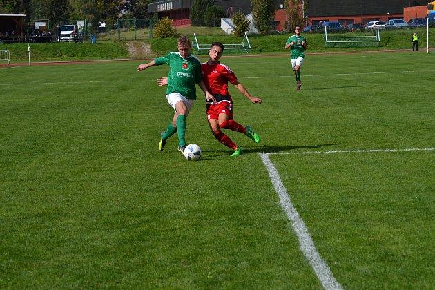 Po faulu Jiřího Motla na Jana Slámu (vlevo) proměnili slavojáci ve 36. minutě první ze tří svých gólových standardek.