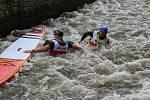 Na jezu pod Plášťovým mostem se utkali závodníci v divácky atraktivním sprintu na kajacích, kanoích a na paddleboardech.