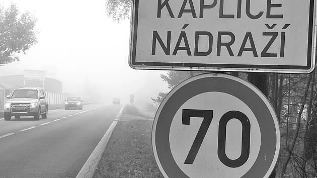 U začátku obce Kaplice Nádraží je sedmdesátka a několik málo metrů dál už padesátka.