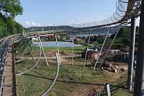 Místy jede bobová dráha v Lipně nad Vltavou ve výšce dvanácti metrů