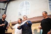 Radosti života, takový je název nové desky Čechomoru, kterou muzikanti pokřtili v českokrumlovských klášterech.
