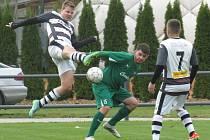 fotbalisté Kaplice (v černobílém) si doma poradili s prachatickým béčkem, které zdolali 2:0.