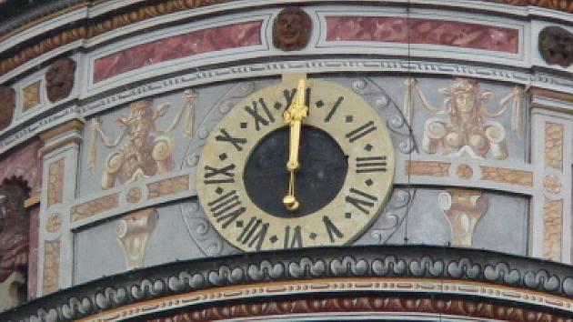 Hodiny na zámecké věži sice ukazují dvanáct, ale ve skutečnosti  se právě blížila půl druhá hodina odpoledne.
