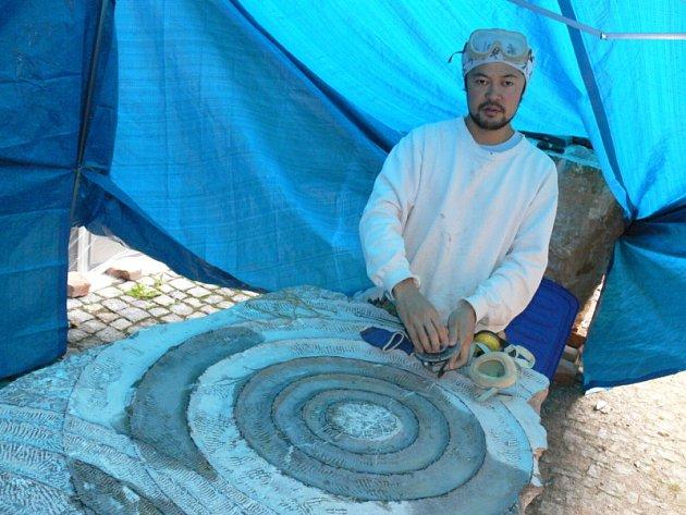 Tets Ohnari (na snímku) vedle vznikající mramorové sochy. Ta ponese japonský název Jako, což česky znamená kruhy na vodě.