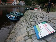 Na kamenném nábřeží v Českém Krumlově se objevily zákazové cedule.  Foto: Petra Lewis