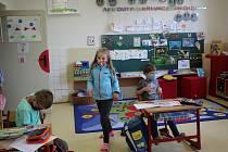 V málotřídní Základní škole v Dolním Třeboníně si děti první den ve škole například opakovali znalost hodin.