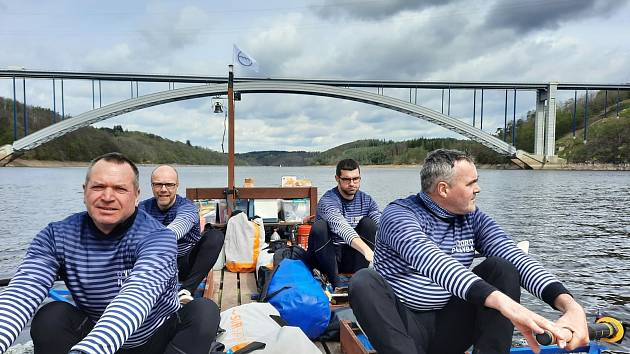 Po stopách vltavských plavců 2021: na Orlíku pod Žďákovským mostem.
