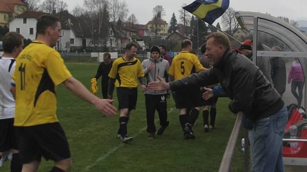 Takto se přídolští fotbalisté (vlevo kapitán Josef Písko) se svými fanoušky radovali po jarní výhře na půdě přeborníka z Kájova. A pro radost chtějí hrát i v krajské soutěži.