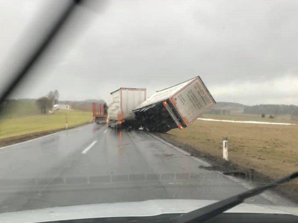 Kamion v Rakousku za Rainbachem směrem na Kerschbaum převrátil vítr.