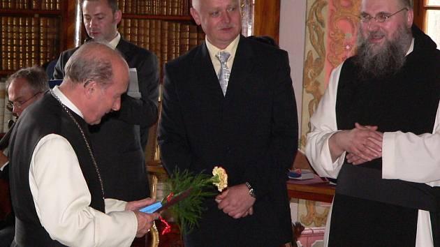 Převor Justin Jan Berka (vpravo), historik Jiří Franc vlevo stojící vzadu.