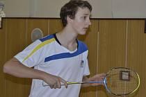 Prapor badmintonového oddílu Sokola Křemže v současnosti drží nejvýše teprve před měsícem šestnáctiletý reprezentant Petr Beran (na snímku z domácích kurtů), jenž v uplynulé sezoně mj. vybojoval i dva tituly juniorského mistra republiky.