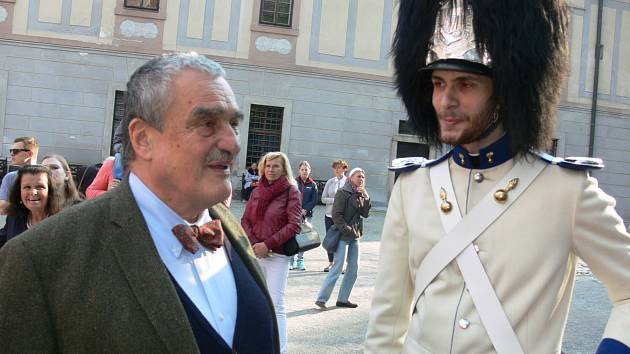 Karel Schwarzenberg se členem schwarzenberské gardy v Českém Krumlově.