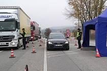 Kontrola vozidel na hraničním přechodu v Dolním Dvořišti.