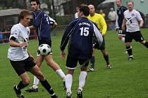 Fotbalisté kaplického Spartaku v podzimním vzájemném zápase doma nad Chýnovem v půli vedli brankou Jakuba Lesňáka (vlevo, v souboji s chýnovským Tomášem Krumpem), ale nakonec vyšli naprázdno. V neděli mají tedy co oplácet.