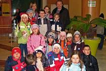 Kájovské děti se setkaly s Karlem Gottem u kolotoče.