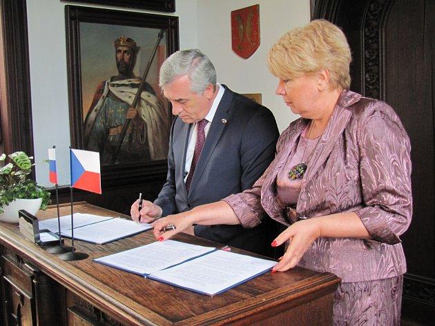V sobotu 8. června podepsali zástupci Jihočeského kraje a Sverdlovské oblasti Ruské federace na hradě Rožmberk Memorandum o budoucí spolupráci.