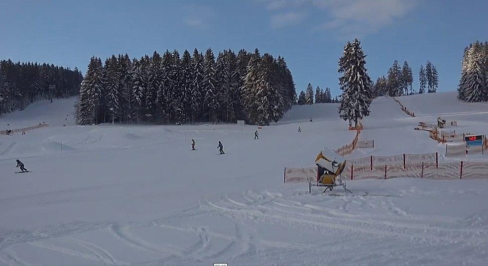 V pátek dopoledne si lyžaři užívali azuro.