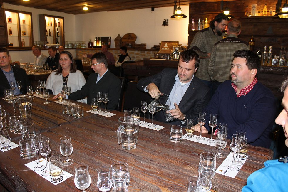 Představení mladého destilátu budoucí whisky ze Svachovky doplnila i degustace v destilérce Svach.