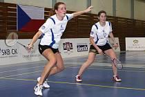 Velmi dobrým výkonem se při ligových utkáních na domácích kurtech prezentoval i ženský debl hrající ve složení Štěpánka Vazačová a Lucie Černá (na snímku zleva).