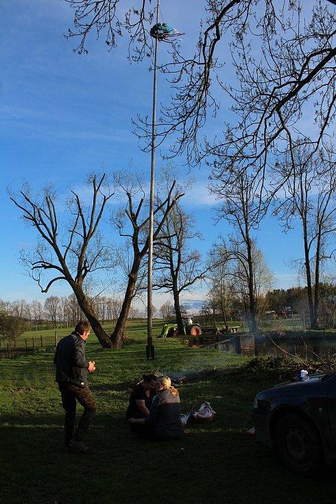 Májka stojí také v Pořešíně u hasičárny.
