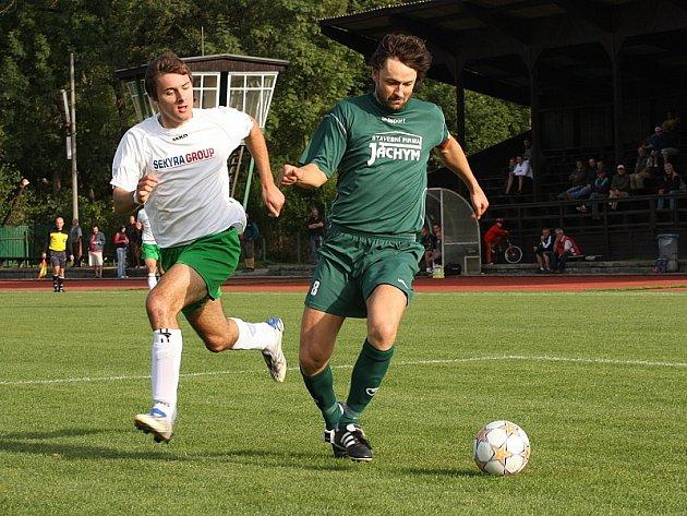 Už v 6. minutě se přes Michala Klivandu (vlevo) do šestnáctky Slavoje probil jankovský kapitán Václav Maxa a střelou k tyči otevřel skóre.
