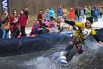 Účastníkům Lipenské louže 2019 počasí přálo, koupel to ale teplá rozhodně nebyla.