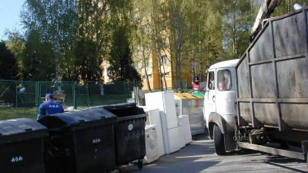Například  u hromad  harampádí na Sídlišti, kde je  odpad často smíchán i s tím, co se bude odvážet až za týden, jsou pracovníci při úklidu vždy pěkně dopálení.