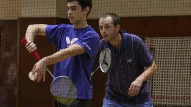 Zkušený českokrumlovský Roman Hnilička (vpravo) na turnaji neprohrál ani jeden zápas a cenné body sbíral i s mladým Pavlem Klimešem v deblu (na snímku).