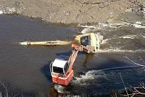 Krátce před desátou hodinou dopolední se kvůli souhře několika okolností ocitl na dně Vltavy jeden z bagrů specializované firmy, která tu pracuje na protipovodňových opatřeních.