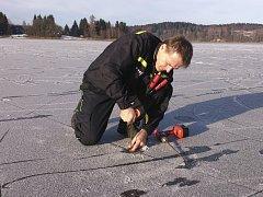Antoníl Labaj při měření tloušťky ledu.