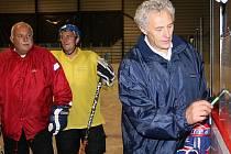 Jan Rosický (vpravo) pilně připravuje ve spolupráci s asistentem Jiřím Kučerou (zcela vlevo vedle Zdeňka Uhlíře) své svěřence na start ročníku 2009/2010 hokejové krajské ligy.